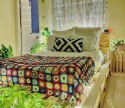 Một kiểu giường pallet nhỏ xinh kết hợp với chăn ga màu tươi sáng.