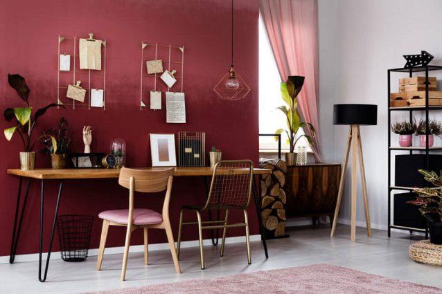 Nếu biết cách kết hợp, một bức tường màu đỏ sẽ là điểm nhấn tuyệt vời cho căn phòng.