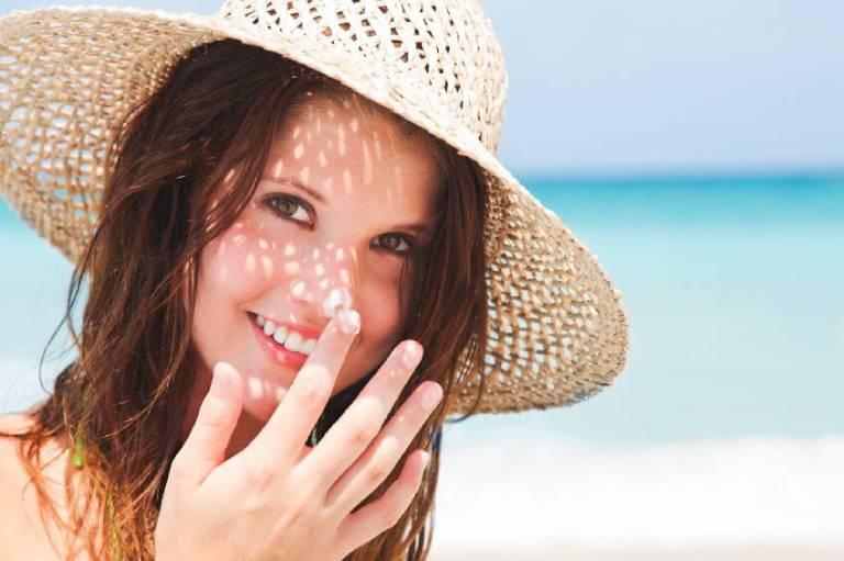 Sử dụng kem chống nắng, che chắn cẩn thận khi ra đường là điều vô cùng quan trọng với làn da bị nám, tàn nhang
