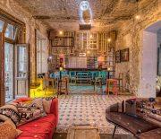 Bạn có thể lựa chọn và tận dụng những chiếc sofa đơn giản cũ nhằm tạo nên một không gian đẹp và thu hút.
